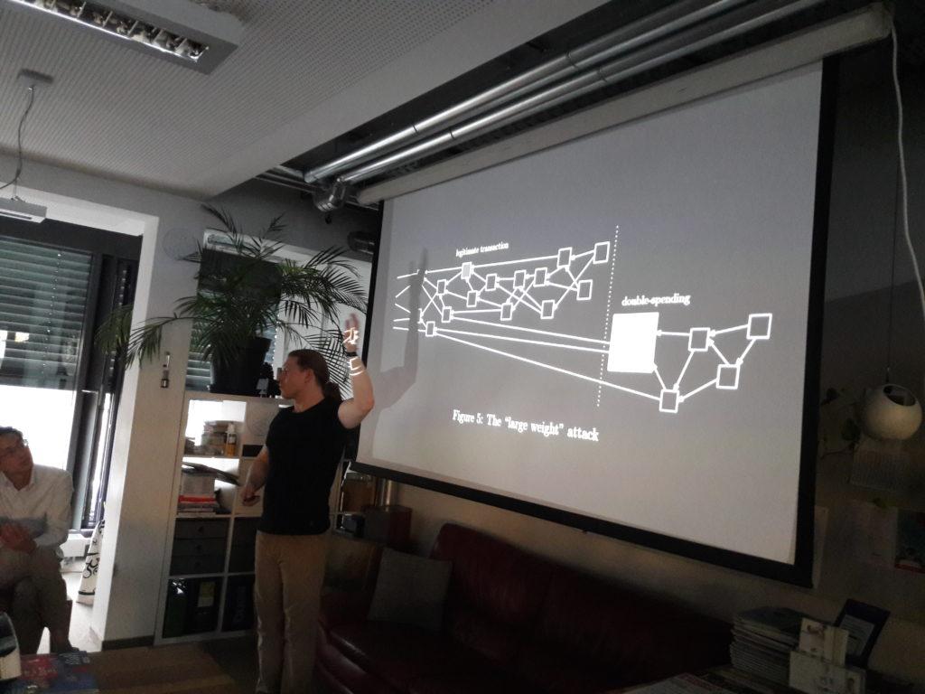Krystian Gaus präsentiert Mathematik von IOTA