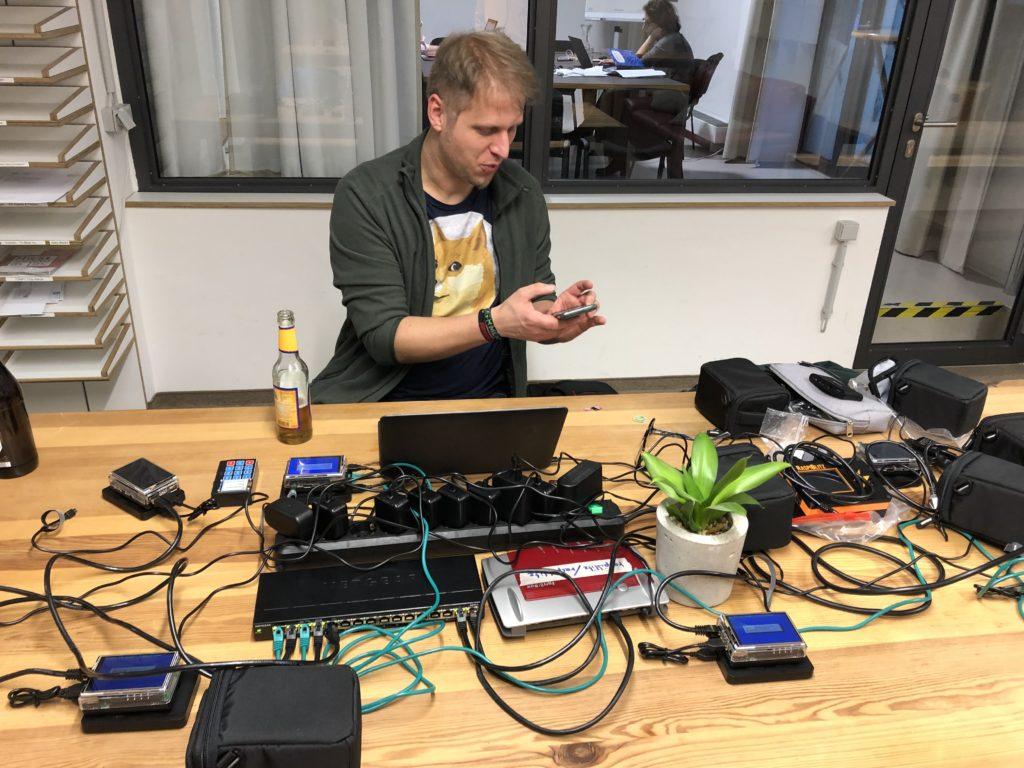 Christian beim Aufbau seiner RaspiBlitzen im Coworking-Space Mainz.
